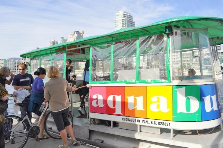 アクアババスという名の、可愛らしい水上バス。ちょっとお風呂の浴槽を思わせます(笑)